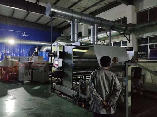 鲁蒙生产人员加班加点生产高分子卷材满足客户需求