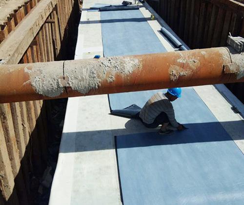 河北辛集管廊防水工程使用鲁蒙高分子防水卷材紧张施工中