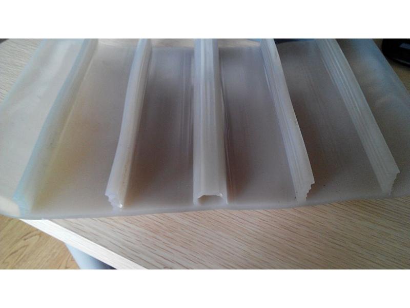 【烟台鲁蒙】彩钢屋面板的接缝构造处理措施